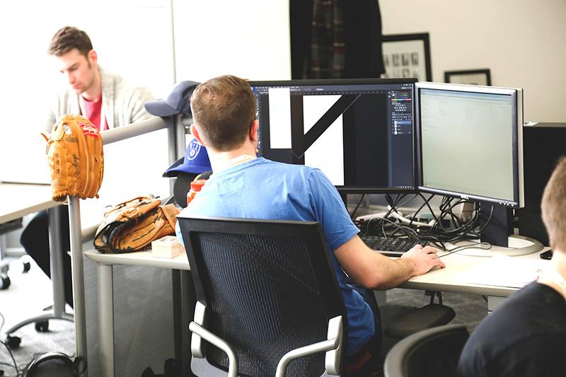 reset Leistungen betriebliche Gesundheitsförderung - Auf dem Bild ist ein Mann zu sehen, welcher an einem Computer arbeitet.