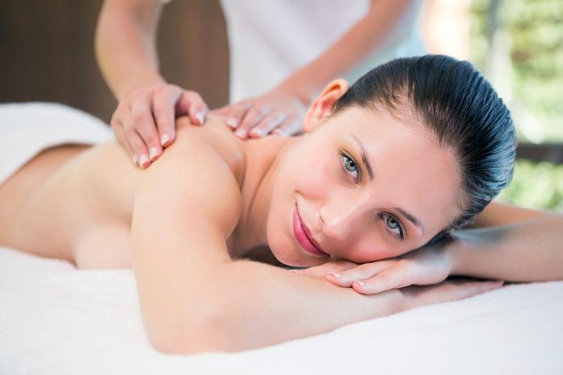 Massage lernen bei Reset in Stuttgart - eine Frau liegt auf einer Massagebank und wird massiert