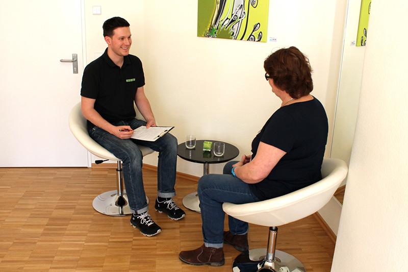 prävention Beratung - Ein Physiotherapeut führt ein Beratungsgespräch